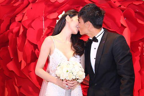 Hình ảnh Công Vinh trao Thủy Tiên nụ hôn ngọt ngào trong đám cưới - Ảnh 7