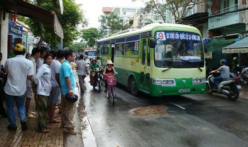 Bị xe buýt kéo lê, một người tử vong - Ảnh 1