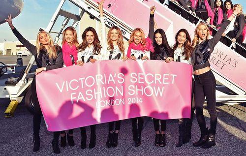 Dàn siêu mẫu Victoria's Secret tươi cười rạng rỡ ở sân bay London - Ảnh 1