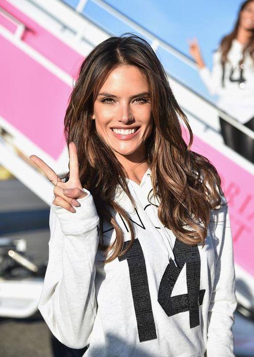 Dàn siêu mẫu Victoria's Secret tươi cười rạng rỡ ở sân bay London - Ảnh 4