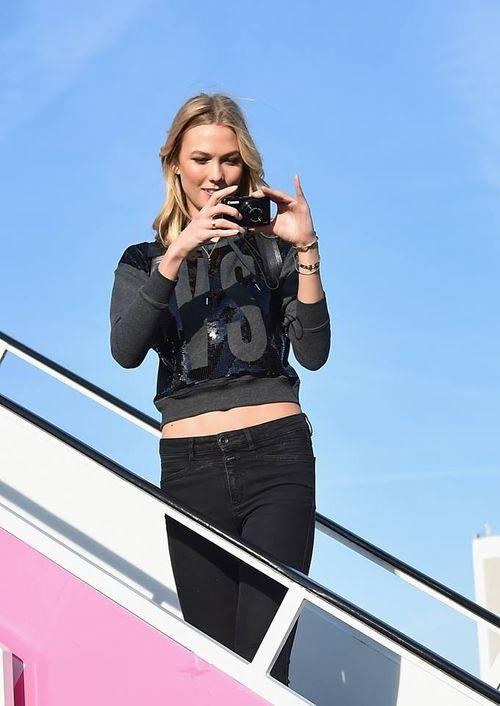 Dàn siêu mẫu Victoria's Secret tươi cười rạng rỡ ở sân bay London - Ảnh 7