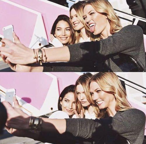 Dàn siêu mẫu Victoria's Secret tươi cười rạng rỡ ở sân bay London - Ảnh 8