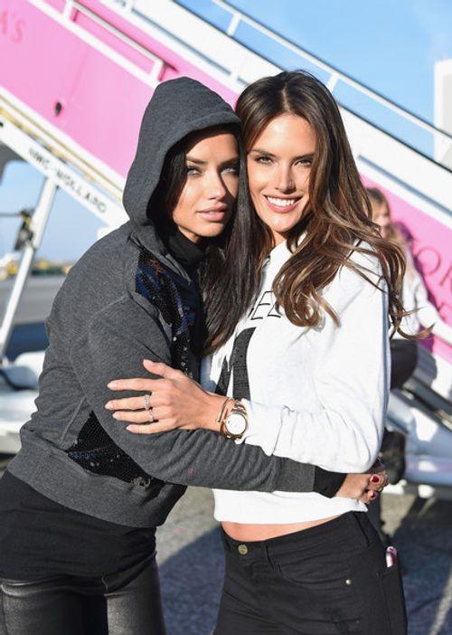 Dàn siêu mẫu Victoria's Secret tươi cười rạng rỡ ở sân bay London - Ảnh 2