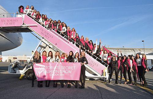 Dàn siêu mẫu Victoria's Secret tươi cười rạng rỡ ở sân bay London - Ảnh 14