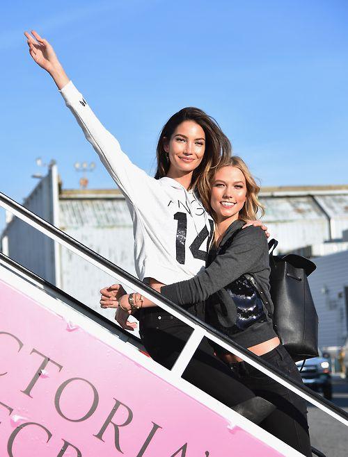 Dàn siêu mẫu Victoria's Secret tươi cười rạng rỡ ở sân bay London - Ảnh 11
