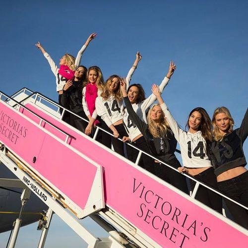 Dàn siêu mẫu Victoria's Secret tươi cười rạng rỡ ở sân bay London - Ảnh 13