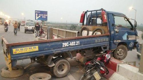 Va chạm với xe tải, một người văng qua lan can cầu Thanh Trì - Ảnh 1