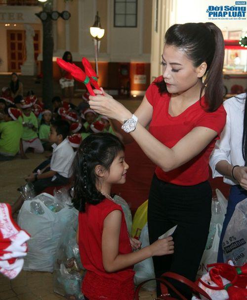 Mẹ con Trương Ngọc Ánh mang Giáng sinh tới cho trẻ mồ côi - Ảnh 1