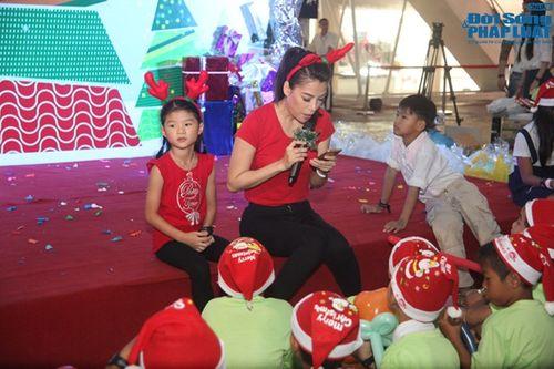 Mẹ con Trương Ngọc Ánh mang Giáng sinh tới cho trẻ mồ côi - Ảnh 10