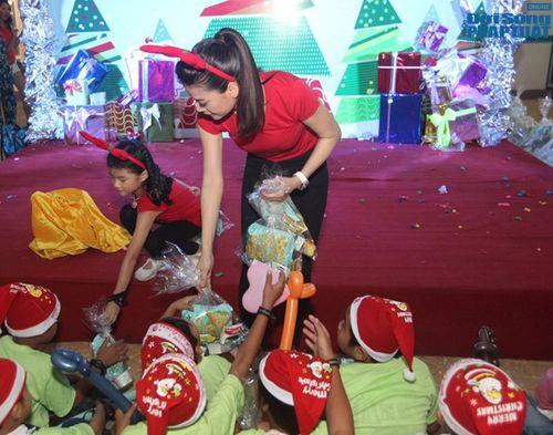 Mẹ con Trương Ngọc Ánh mang Giáng sinh tới cho trẻ mồ côi - Ảnh 11