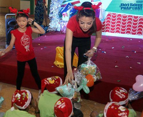 Mẹ con Trương Ngọc Ánh mang Giáng sinh tới cho trẻ mồ côi - Ảnh 12