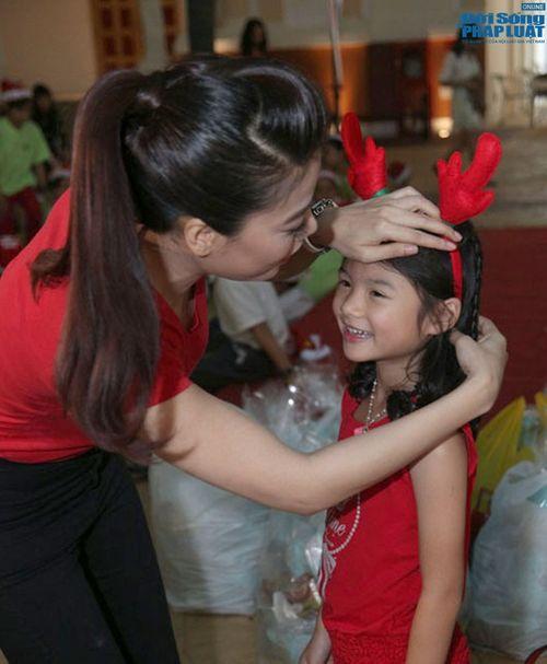 Mẹ con Trương Ngọc Ánh mang Giáng sinh tới cho trẻ mồ côi - Ảnh 2