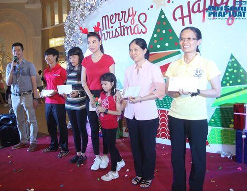 Mẹ con Trương Ngọc Ánh mang Giáng sinh tới cho trẻ mồ côi - Ảnh 13