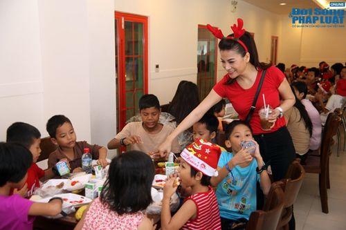 Mẹ con Trương Ngọc Ánh mang Giáng sinh tới cho trẻ mồ côi - Ảnh 15