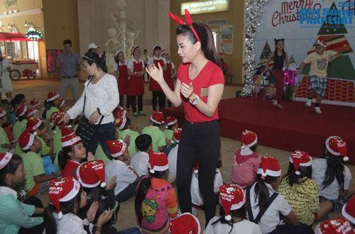 Mẹ con Trương Ngọc Ánh mang Giáng sinh tới cho trẻ mồ côi - Ảnh 3