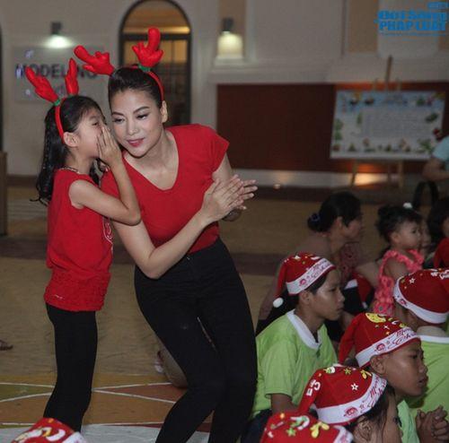 Mẹ con Trương Ngọc Ánh mang Giáng sinh tới cho trẻ mồ côi - Ảnh 4