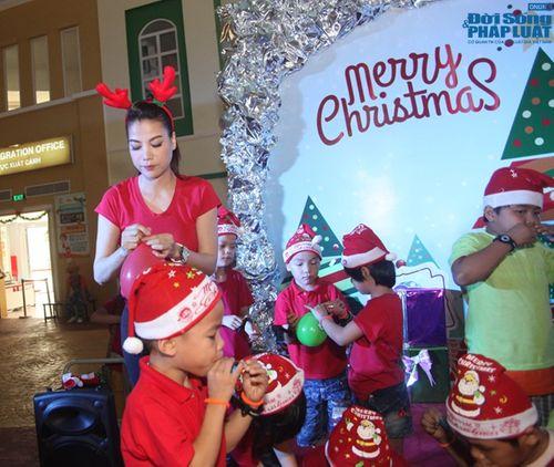 Mẹ con Trương Ngọc Ánh mang Giáng sinh tới cho trẻ mồ côi - Ảnh 5