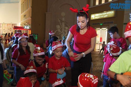 Mẹ con Trương Ngọc Ánh mang Giáng sinh tới cho trẻ mồ côi - Ảnh 6