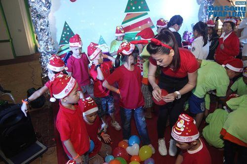 Mẹ con Trương Ngọc Ánh mang Giáng sinh tới cho trẻ mồ côi - Ảnh 7