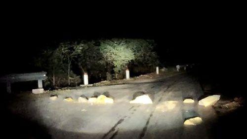 Xếp đá tảng ngang đường xe chạy trên quốc lộ 4D - Ảnh 1