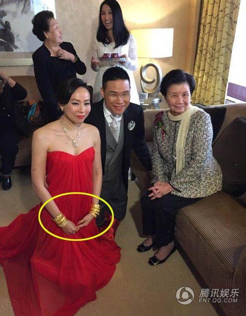 Vợ tài tử Hồng Kông đeo chi chít vàng trong ngày cưới - Ảnh 4