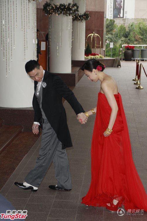 Vợ tài tử Hồng Kông đeo chi chít vàng trong ngày cưới - Ảnh 2