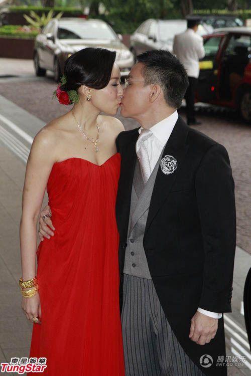 Vợ tài tử Hồng Kông đeo chi chít vàng trong ngày cưới - Ảnh 5