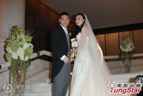 Vợ tài tử Hồng Kông đeo chi chít vàng trong ngày cưới - Ảnh 6
