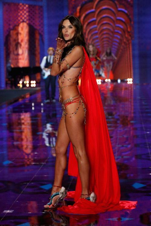 Victoria's Secret Fashion Show 2014:Thiên thần lung linh tỏa sáng - Ảnh 8