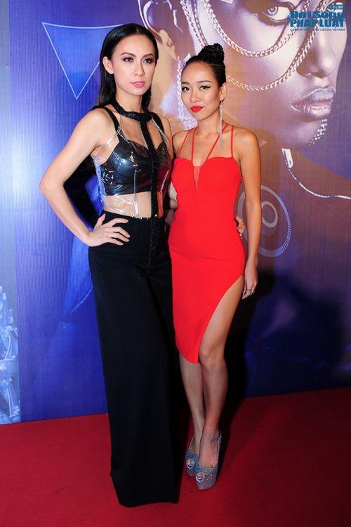 Thảo Trang gợi cảm trên thảm đỏ tuần lễ thời trang Quốc tế - Ảnh 2
