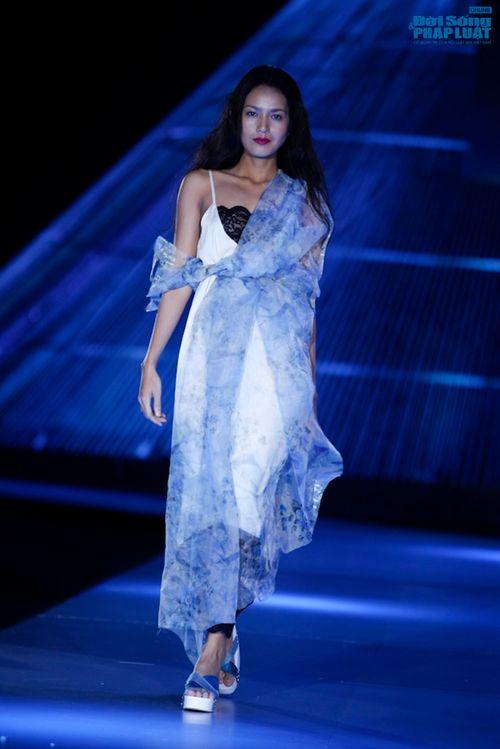 """Xuân Lan cùng Li Lam """"hóa điên"""" trên sàn catwalk - Ảnh 12"""