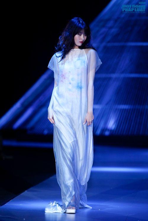 """Xuân Lan cùng Li Lam """"hóa điên"""" trên sàn catwalk - Ảnh 13"""