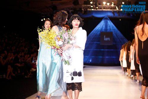 """Xuân Lan cùng Li Lam """"hóa điên"""" trên sàn catwalk - Ảnh 17"""