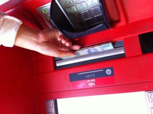 Thu phí thẻ ATM: Hàng loạt khoản trời ơi đất hỡi - Ảnh 1