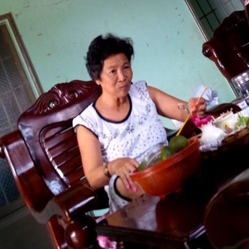 """""""Làng xem bói"""" Tây Ninh: Vừa lên đồng, vừa xem tivi và ăn nhậu - Ảnh 1"""