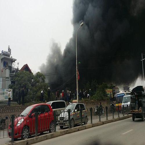 Cháy chợ Nhật Tân: Cột khói dày đặc bốc cao hàng chục mét - Ảnh 1