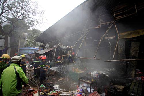 Khung cảnh hoang tàn của chợ Nhật Tân sau đám cháy dữ dội - Ảnh 4