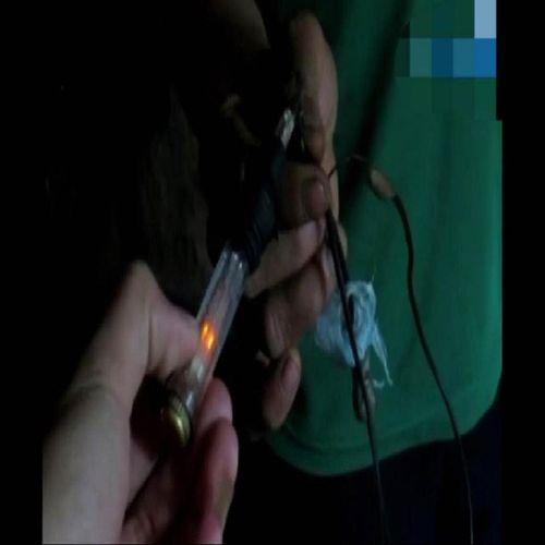 """Lạnh gáy với màn ngậm nguồn điện 220V của """"dị nhân"""" xứ Nghệ - Ảnh 2"""