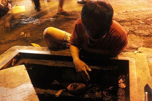 Hình ảnh vụ thanh niên dính chặt vào miệng cống hi hữu ở Sài Gòn - Ảnh 4
