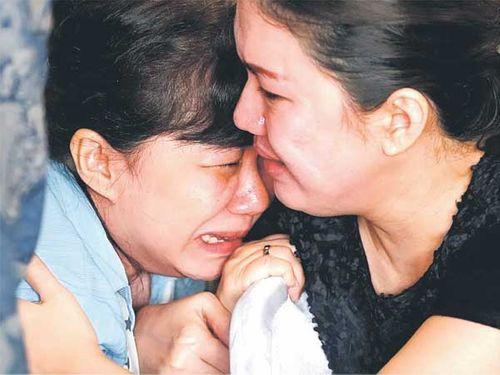 """Máy bay AirAsia mất tích: Thi thể các nạn nhân vẫn """"nắm tay nhau"""" - Ảnh 1"""