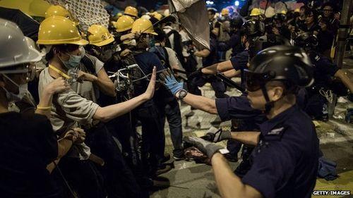 Người biểu tình Hong Kong đụng độ ngay trước tòa nhà chính quyền - Ảnh 1