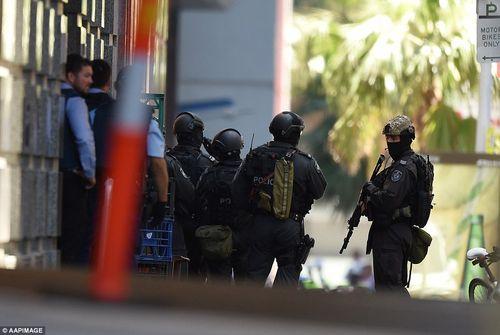 Hiện trường vụ bắt cóc con tin náo loạn khu phố tại Sydney - Ảnh 5