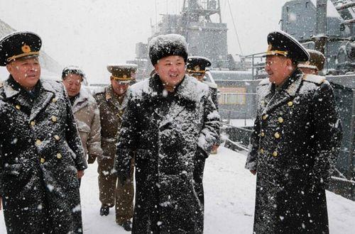 Nhà lãnh đạo Kim Jong-un đội tuyết thị sát căn cứ tàu ngầm - Ảnh 1