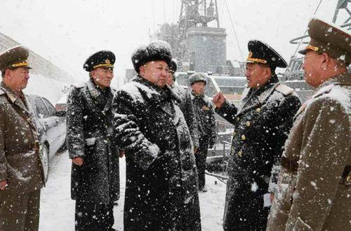 Nhà lãnh đạo Kim Jong-un đội tuyết thị sát căn cứ tàu ngầm - Ảnh 2