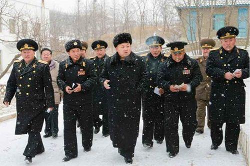 Nhà lãnh đạo Kim Jong-un đội tuyết thị sát căn cứ tàu ngầm - Ảnh 3