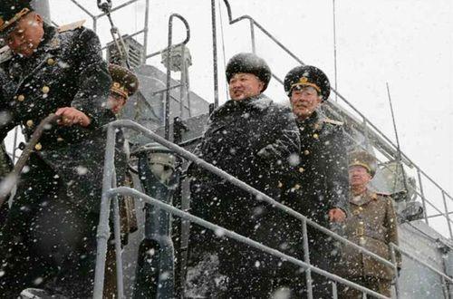 Nhà lãnh đạo Kim Jong-un đội tuyết thị sát căn cứ tàu ngầm - Ảnh 4