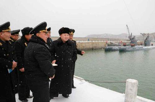 Nhà lãnh đạo Kim Jong-un đội tuyết thị sát căn cứ tàu ngầm - Ảnh 5