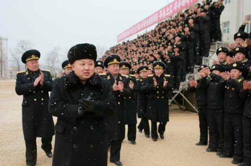 Nhà lãnh đạo Kim Jong-un đội tuyết thị sát căn cứ tàu ngầm - Ảnh 6