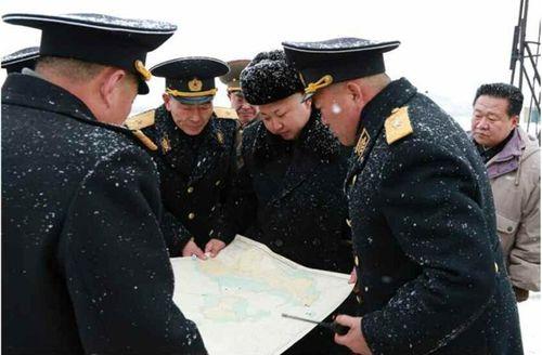 Nhà lãnh đạo Kim Jong-un đội tuyết thị sát căn cứ tàu ngầm - Ảnh 7
