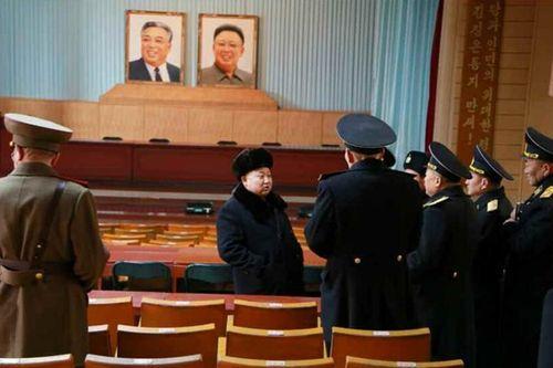 Nhà lãnh đạo Kim Jong-un đội tuyết thị sát căn cứ tàu ngầm - Ảnh 8